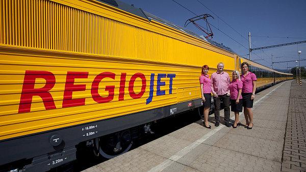 Majitel RegioJetu Radim Jan�ura u vlakov� soupravy se stevardkami.
