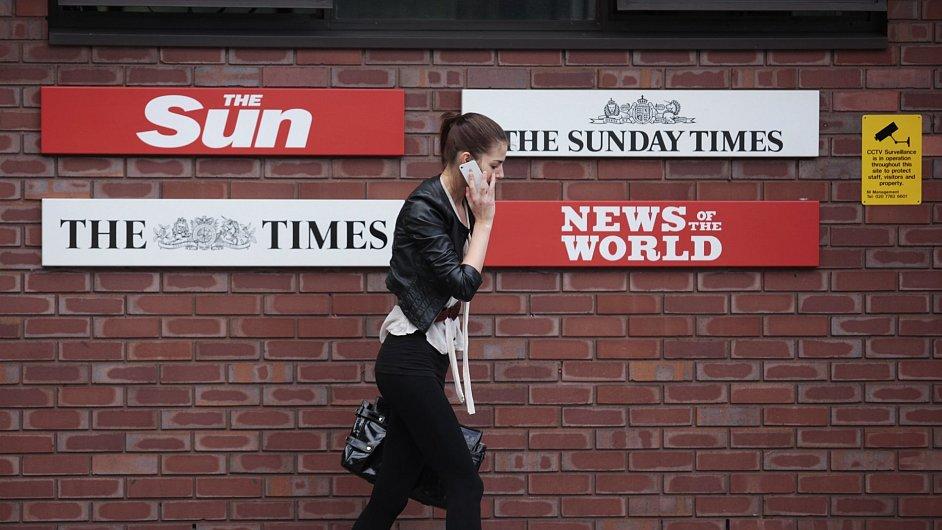 Loga britských novin na ulici v Londýně.