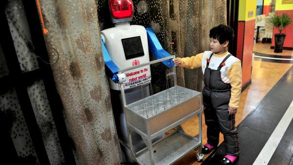 """Unikátní """"robotí"""" restaurant v Číně láká mnohé milovníky nudlí."""