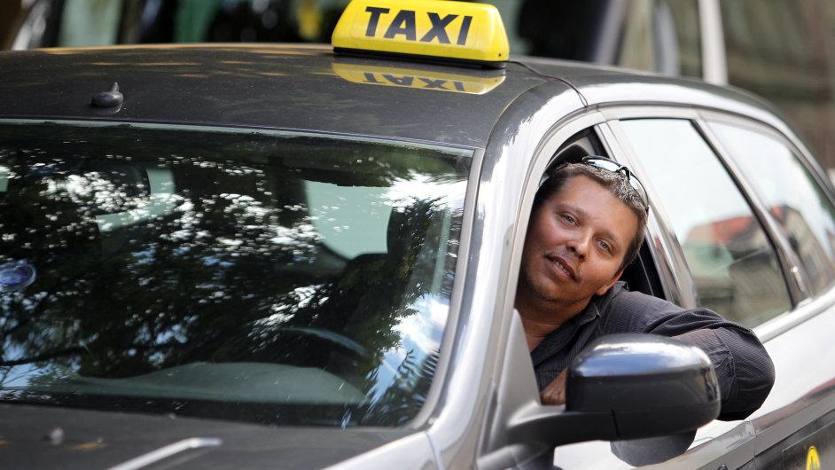 Neslyšící taxikář Daniel Pilař