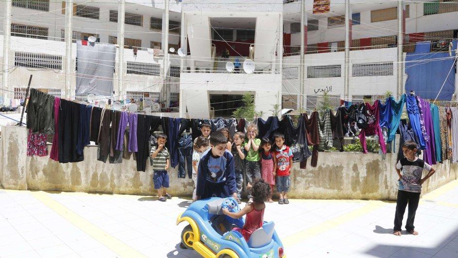 Syrské děti si hrají na dvoře domu v libanonské vesnici Deddeh