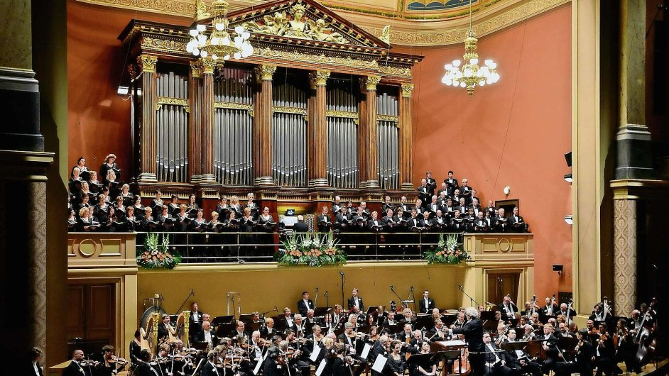 Česká filharmonie s Jiřím Bělohlávkem zahájila letošní sezonu v Rudolfinu.