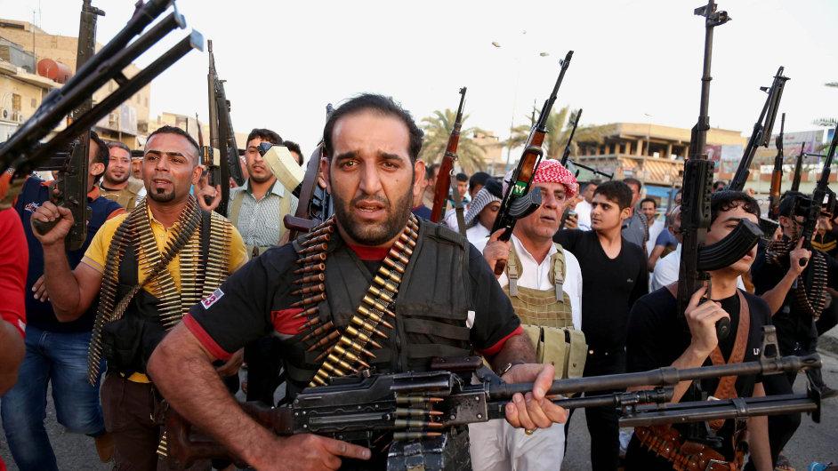 Šíitští kmenoví bojovníci se připojili k irácké armádě v boji proti ISIL.