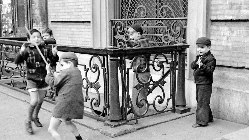 Děti v zápalu hry na ulici