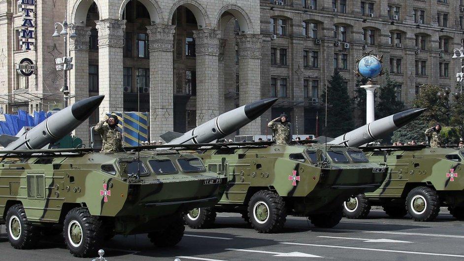 Ukrajina slaví nezávislost vojenskou přehlídkou.
