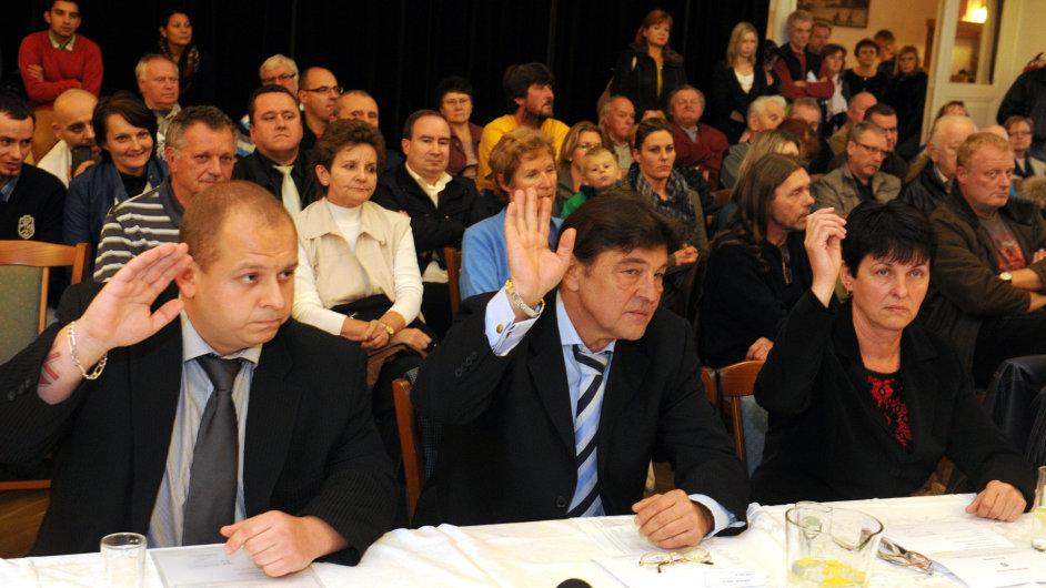 V zastupitelstvu Duchcova usedli tři zástupci DSSS Jindřich Svoboda, Miroslav Toman a Miluše Janoušková (zleva).