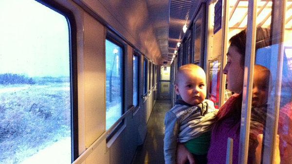 Někteří cestující se v uvízlých vlacích vztekali, většina ale situaci brala s klidem.