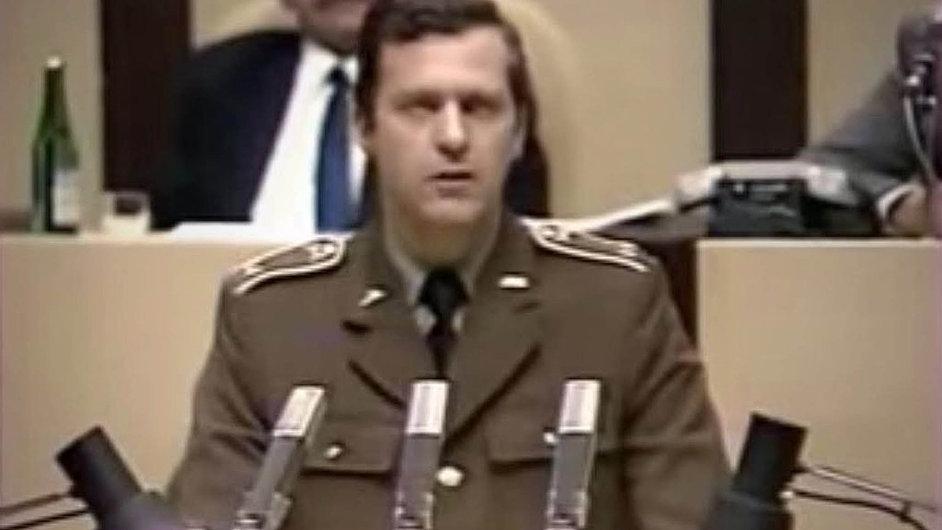 Velitel tankové divize Klementa Gottwalda plukovník Zbytek zdraví v prosinci 1989 družstevní rolníky a žádá dodržování platných zákonů.