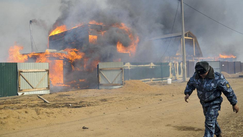 Rozsáhlé požáry ničí domovy tisíců obyvatel Sibiře.