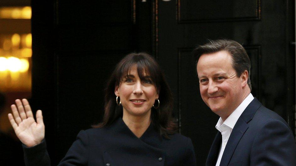 David Cameron se s manželkou Samanthou vrací do premiérského sídla v Downing Street č. 10.