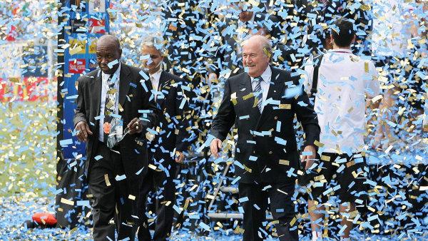 Sepp Blatter, šéf FIFA (vpravo), spolu s Jackem Warnerem na snímku z roku 2007, kdy ještě tvořili sehranou dvojici.