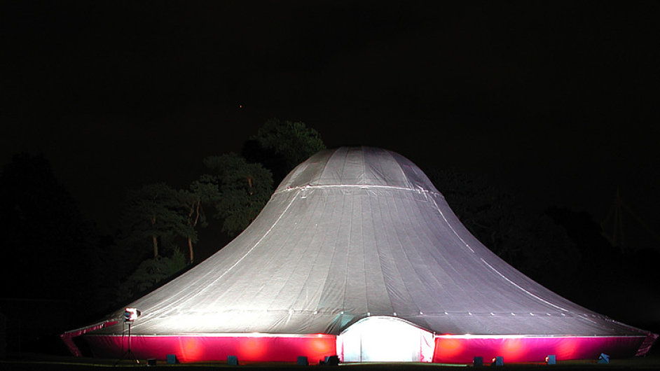 Návrh Kaplického knihovny se bude promítat na cirkusové šapitó souboru NoFit State Circus.