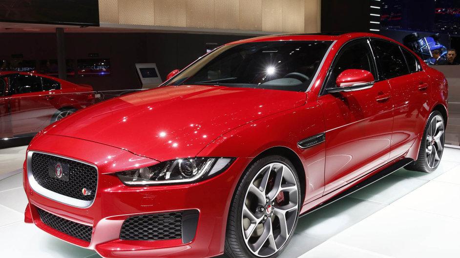 Záplava nových modelů: Automobilka Jaguar Land Rover představuje jednu novinku za druhou. Například modelem XE (na snímku) se chce postavit vozu BMW 3.