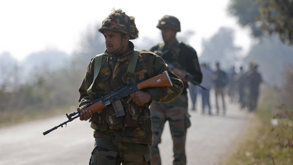 Indičtí vojáci před leteckou základnou, kde došlo k útoku ozbrojenců.