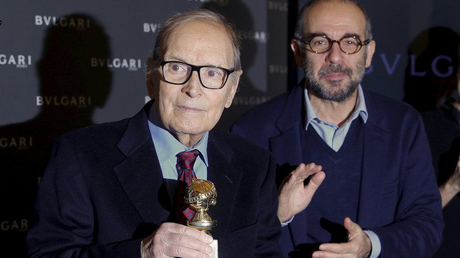 Ennio Morricone (vlevo) v doprovodu režiséra Giuseppeho Tornatoreho přebírá Zlatý glóbus.