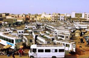 Pra�n� cesty Ugandy br�zd� sol�rn� autobus. Je prvn�m sv�ho typu ve v�chodn� Africe