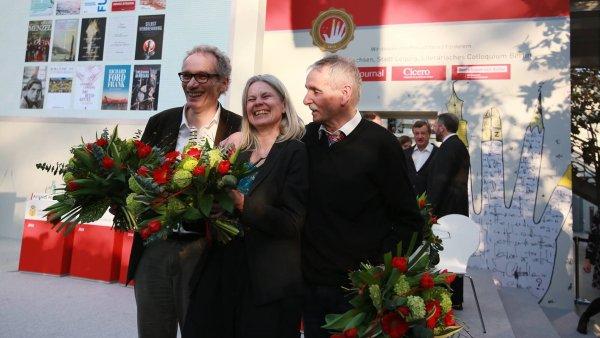 Na sn�mku v�t�zov� cen Lipsk�ho kni�n�ho veletrhu J�rgen Goldstein, Brigitte D�bertov� a Guntram Vesper.