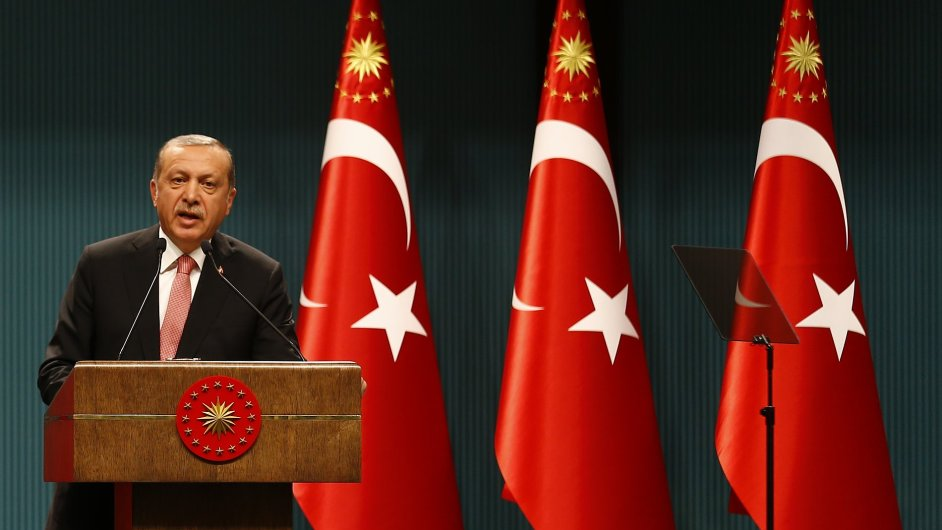 Turecký prezident vyhlásil tříměsíční stav nouze.