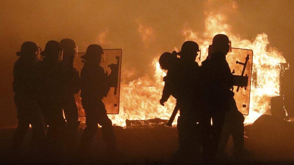 Policisté v předvečer začátku vyklízení tábora v Calais.