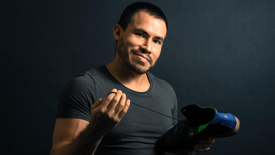 Fernando Echeverria Ruiz vzkřísil v Praze tradici své ekvádorské rodiny a ručně vyrábí kožené boty.