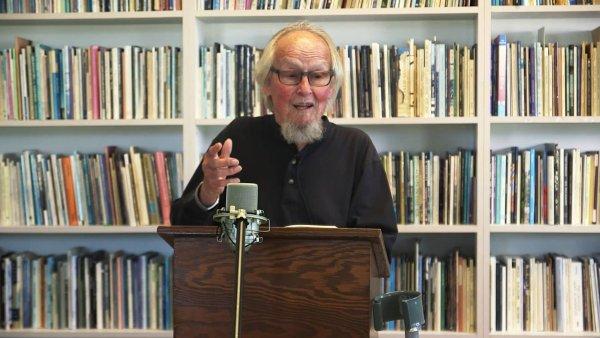 Básník David Meltzer je na snímku z vystoupení ze sanfranciského Poetry Center.