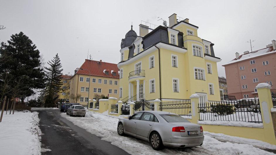 Dům patří Machirovi Rafijevovi z ministerstva financí Ázerbajdžánu.