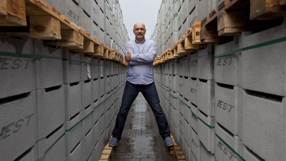 Best Tomáše Březiny, podnikatele roku 2007, vyrostl navenkovní betonové dlažbě abetonových výrobcích dozahrad.