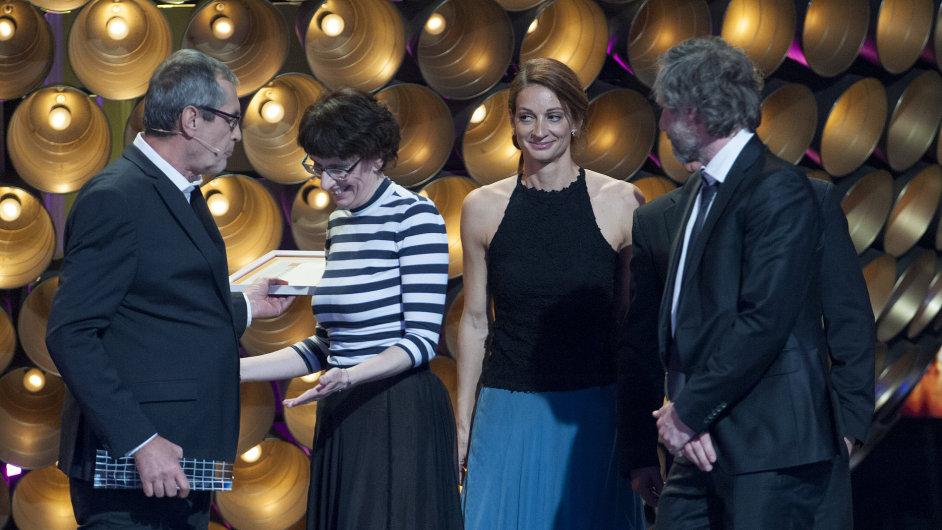 Na fotce z předávání cen Slnko v sieti je druhá zleva producentka filmu Zuzana Mistríková, která přebírá cenu od producenta Mariána Urbana (vlevo).