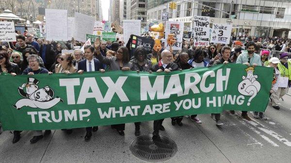 """""""Trumpe, co schováváš?"""" Desítky tisíc Američanů demonstrovaly za zveřejnění Trumpova daňového přiznání."""