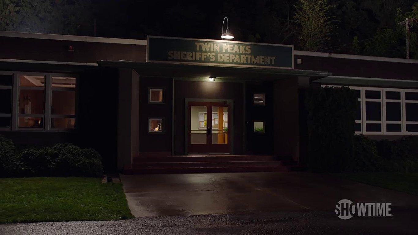 Snímek z nového videa k Městečku Twin Peaks.