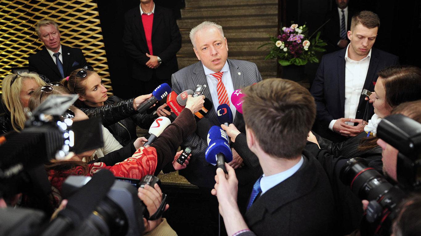 """""""Trváme na tom, že problém je na straně hnutí ANO,"""" řekl místopředseda ČSSD Milan Chovanec po schůzce. """"A ANO ho může vyřešit tím, že Andrej Babiš odejde z vlády,"""" dodal."""