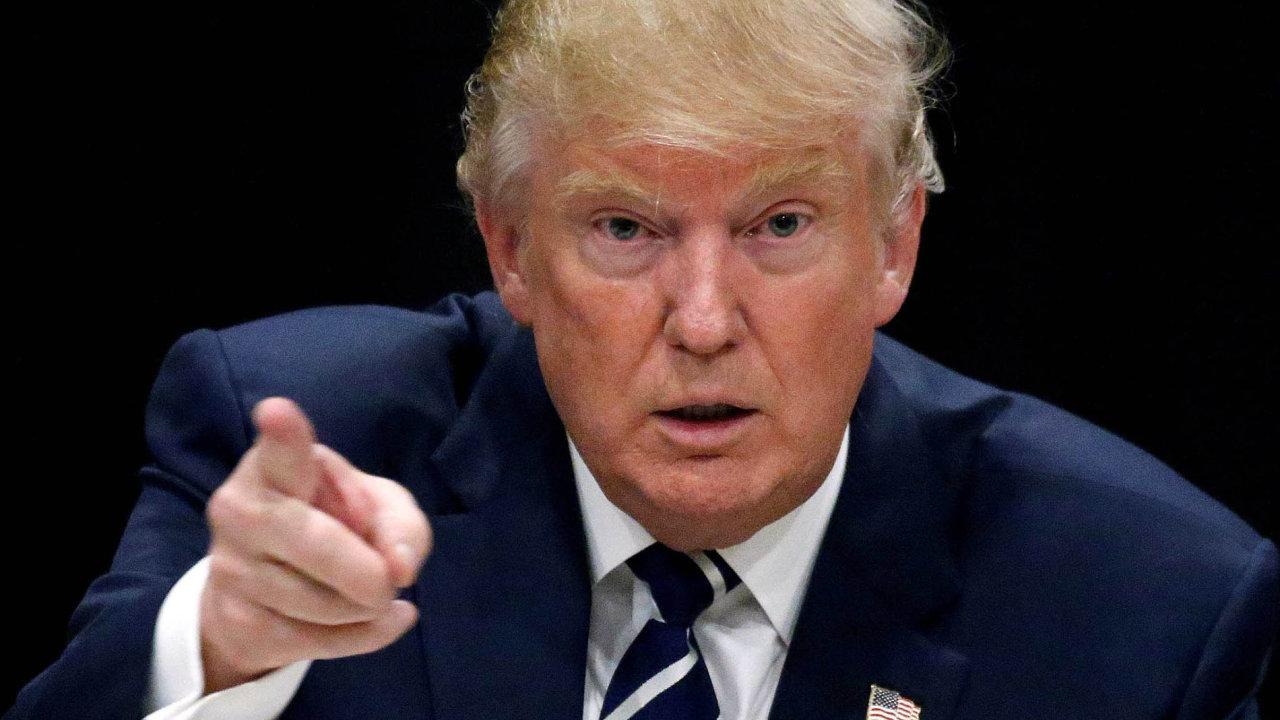 Americký prezident Donald Trump je za své reakce k víkendovým násilnostem ve Virginii pod neustálou kritikou.