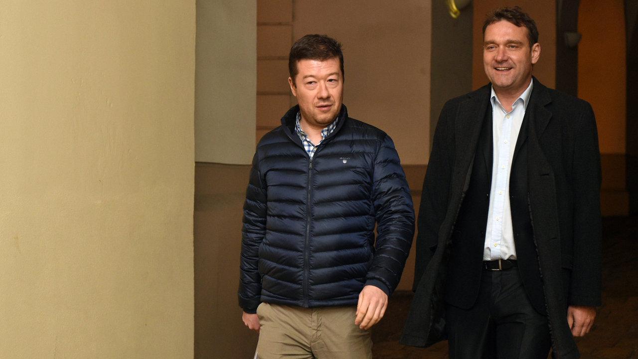 Šéf SPD Tomio Okamura a místopředseda hnutí Radim Fiala přicházejí na schůzku do sněmovny.