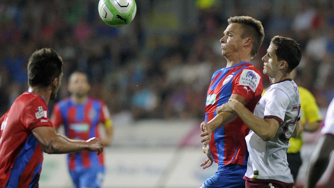 Stanislav Tecl z Plzně si kryje míč