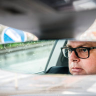 Muž, který tráví celý život mezi auty, je opravdu dobrý a hodně svižný řidič. Však také v autě tráví hodně času při služebních cestách do zahraničí.