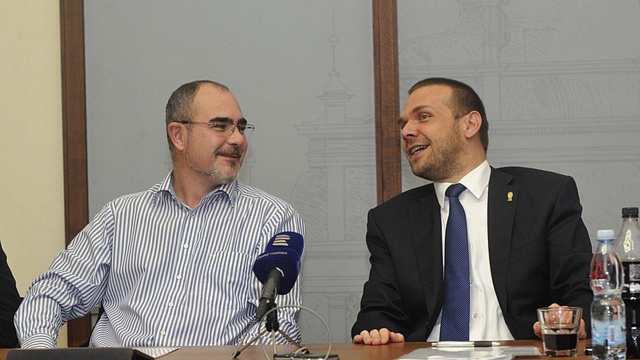 Primátor Plzně Martin Zrzavecký z ČSSD (vlevo) se svým předchůdcem Martinem Baxou (ODS).