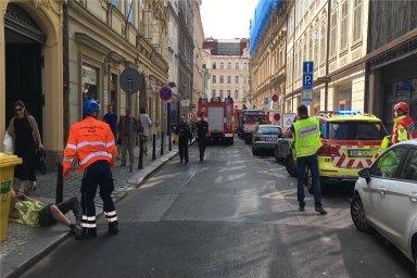 Tři zachráněné dělníky hasiči vyprostili ještě před polednem.