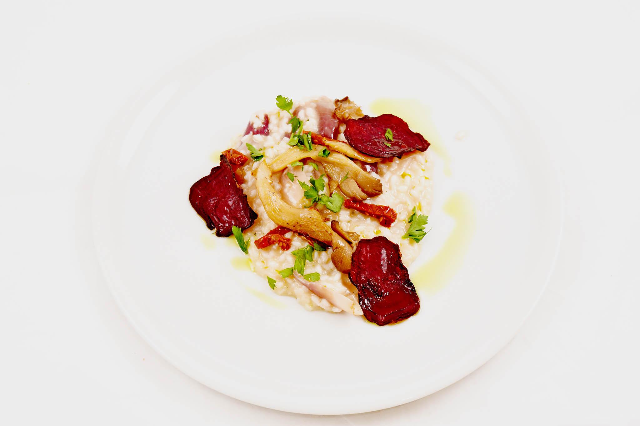 Jednou ze specialit podávaných na plošině bude risotto s marmeládou z pečené červené cibule, s houbami shiitake a červenou řepou.