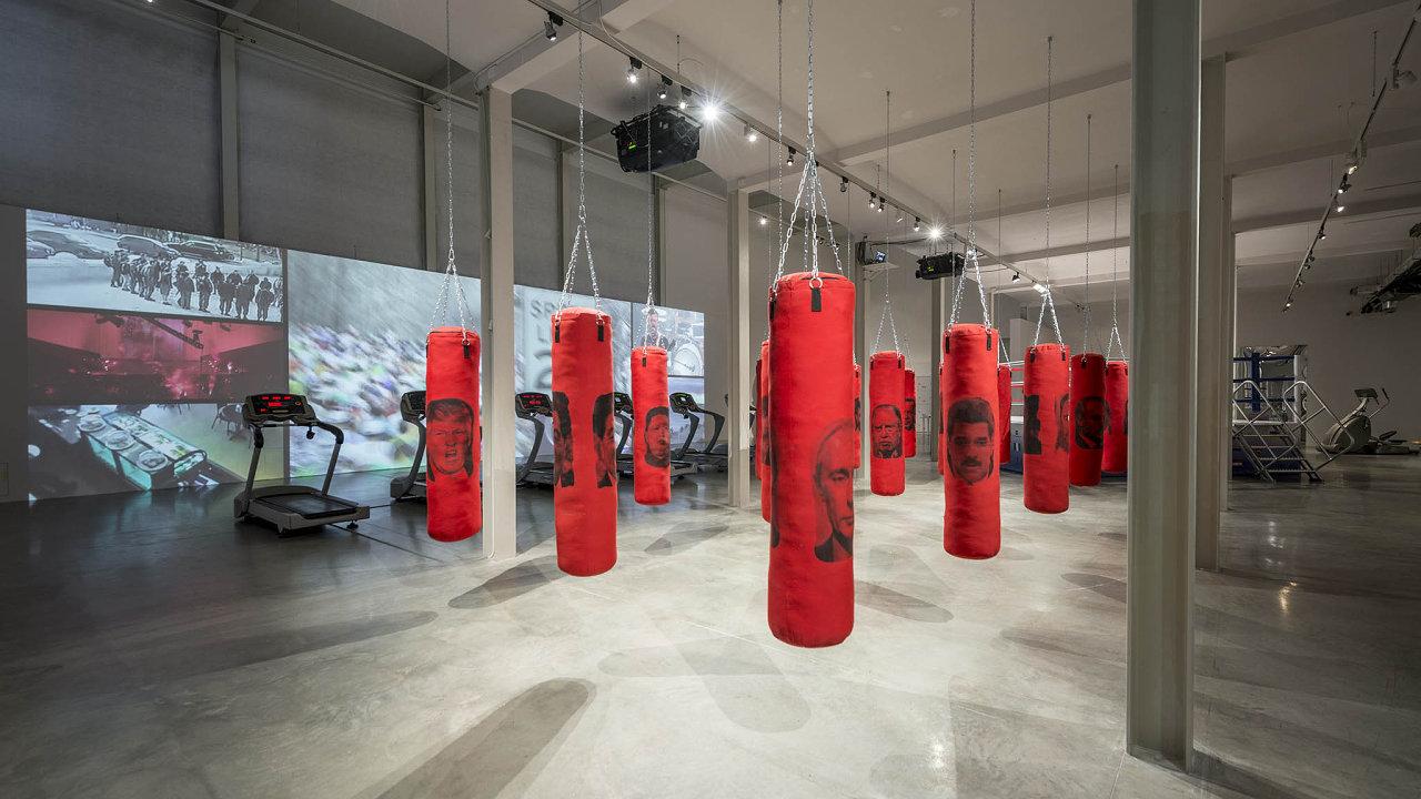 Kjeho desátému výročí je vDoxu kvidění výstava Vítejte vtěžkých časech. Fotografie přibližuje instalaci kubánského umělce Antuana Rodrigueze, jenž boxovací pytle ozvláštnil tvářemi diktátorů.