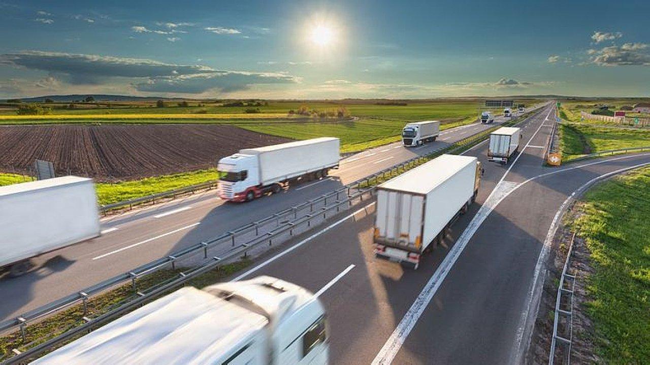 Na některých dálničních úsecích bude pro kamiony platit zákaz předjíždění.
