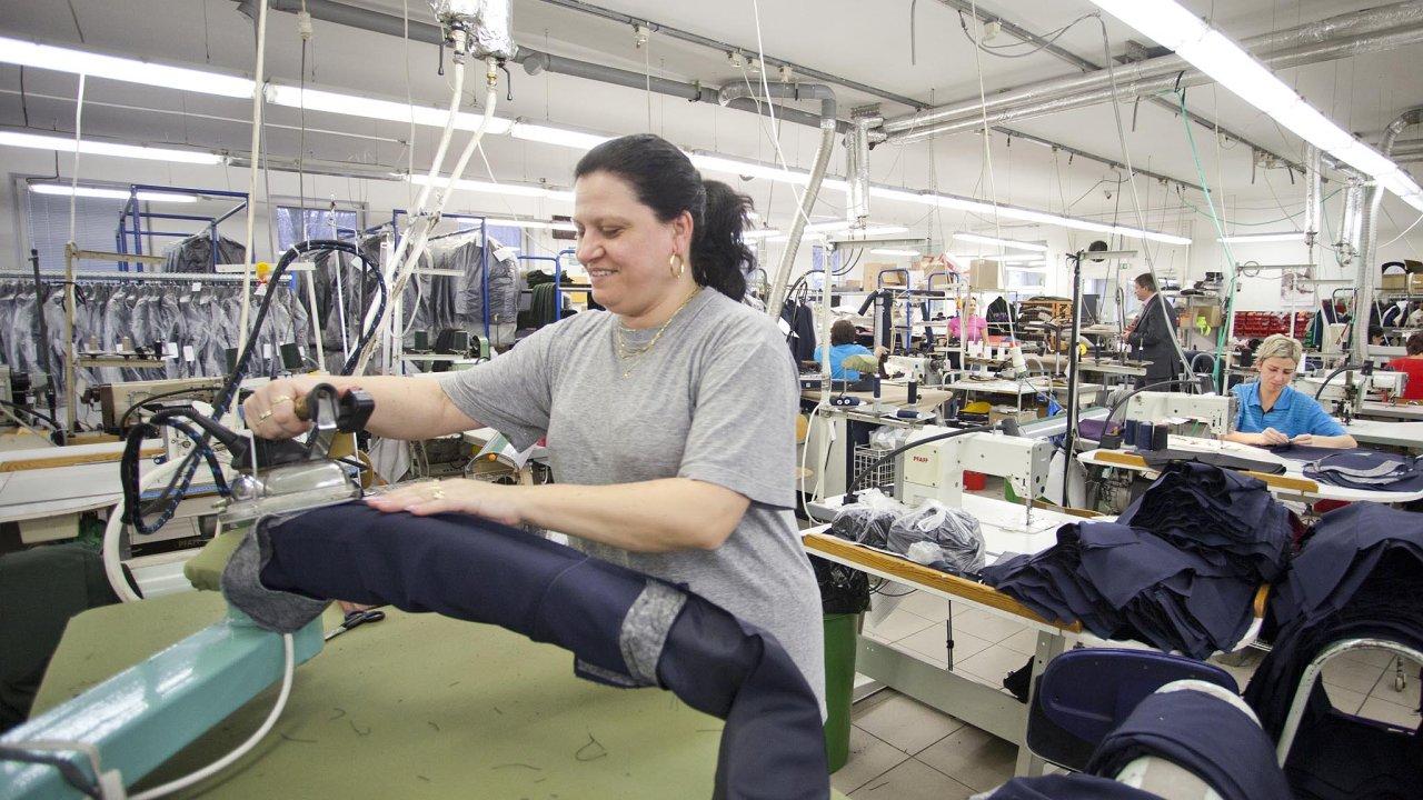 Společnost Koutný vProstějově šije uniformy apánskou módu. Vloňském roce utržila firma 470 milionů korun, meziročně zhruba o 60 milionů více.