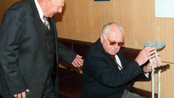 Soud v roce 1998 potvrdil Máchovu vinu. Jsem obětním beránkem, je to komplot, křičel Toufarův trýznitel