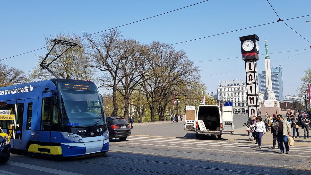 Tramvaj české Škody Transportation u náměstí Nezávislosti v hlavním lotyšském městě Riga.