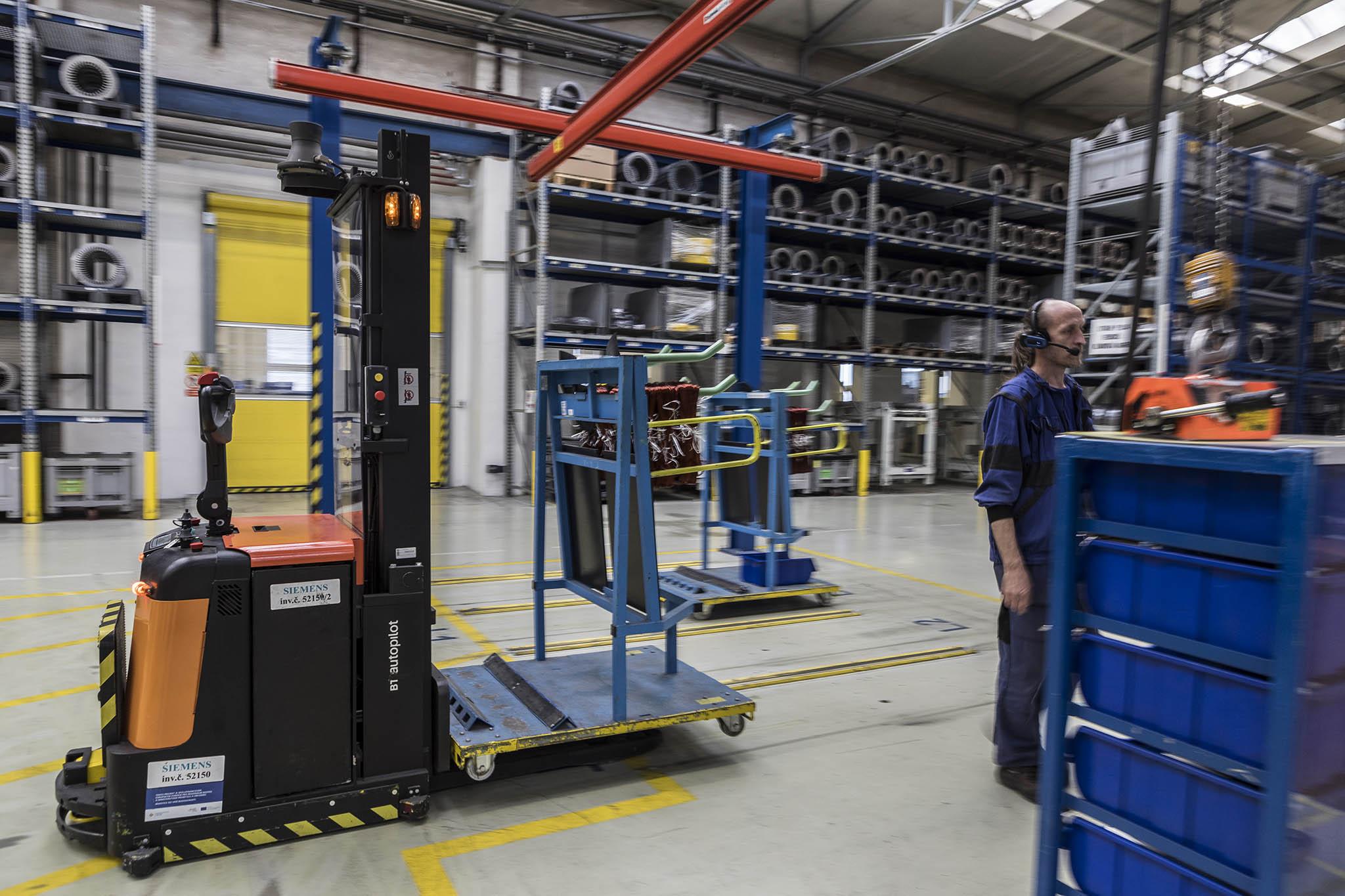 Pro vychystávání skladových položek využívají systém hlasových pokynů, které skladníci automaticky dostávají dosluchátek. Kontejnery smateriálem rozvážejí plně automatické manipulační vozíky.