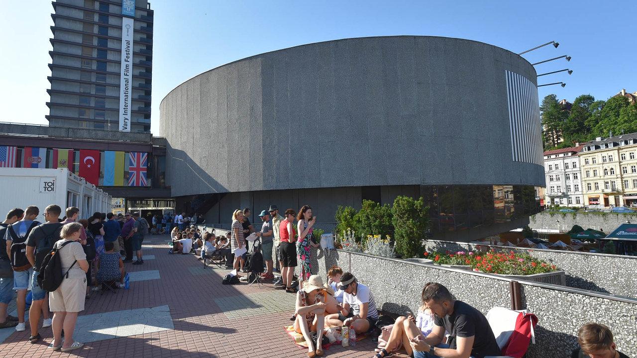Propotit se ke kultuře. Vysoké teploty neodradily zájemce o vstupenky na projekce Mezinárodního filmového festivalu v Karlových Varech. Prodej začal včera a před hotelem Thermal se vytvořila fronta.