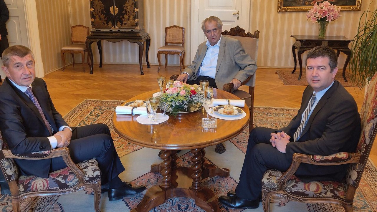 Prezident Miloš Zeman se večtvrtek nazámku vLánech setkal spremiérem Andrejem Babišem (ANO) avicepremiérem Janem Hamáčkem (ČSSD).