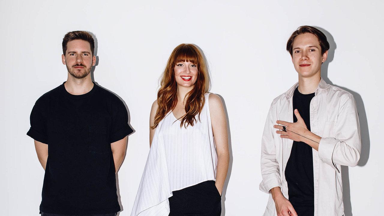 Mladí na vzestupu. Trojice módních návrhářů s dobře rozjetou kariérou. Zleva: Zoltán Tóth, Iva Burkertová, Adam Kost