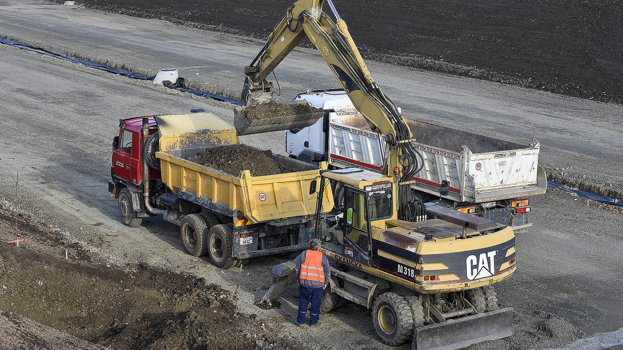 Kapacity stavebních firem jsou nyní vytíženy vprůměru na94 procent. Platí to pro firmy zabývající se pozemním stavitelstvím i firmy zaměřené například na stavbu silnic.
