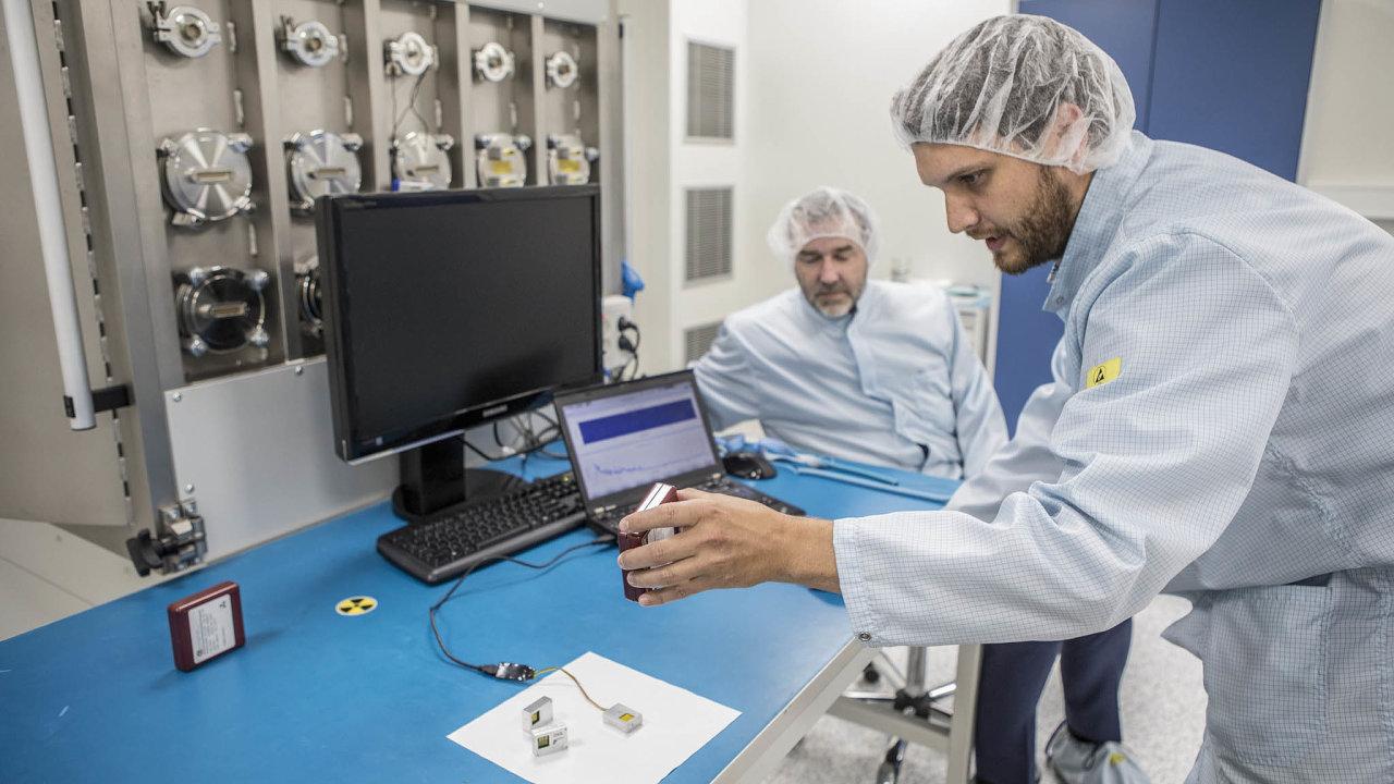 Testování vesmírných dozimetrů. Pod dohledem ředitele výzkumného leteckého ústavu Josefa Kašpara (vlevo) vznikají objevy vesmírného dosahu.