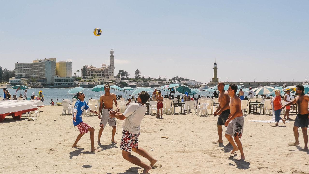 Pojistné podvody v Egyptě byly pikantní. Nejčastější byl průjem. Jedna paní si ale nechala operovat páteř poúrazu anárokovala si 120 tisíc korun. Den pozákroku hrála plážový volejbal.